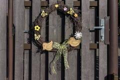 柳条和一只鸟花圈在门 图库摄影