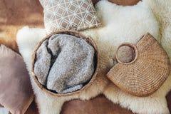 柳条存贮篮子和袋子作为内部装饰 免版税库存图片
