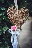 柳条心脏和桃红色玫瑰 免版税库存照片