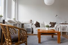 柳条扶手椅子在客厅 库存图片