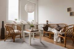 柳条沙发和椅子 免版税库存图片