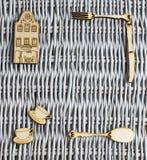 柳条盘子和木图 免版税库存照片