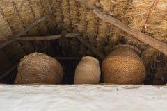 柳条筐在一个茅屋顶下 库存照片