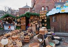 柳条筐在圣诞节市场上在里加 免版税库存照片