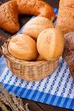 柳条筐用在桌布的小圆面包 图库摄影