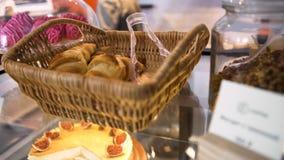 柳条筐用站立在玻璃显示的法式酥皮点心在面包店在无花果乳酪蛋糕,食物概念附近 ?? 股票录像