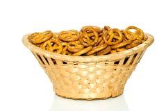 柳条篮子的椒盐脆饼 库存图片