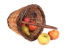 柳条苹果篮子充分的梨 库存照片