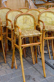 柳条酒吧椅子 免版税库存照片
