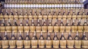 柳条酒瓶各种各样的颜色 免版税库存照片
