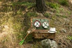 柳条野餐手提箱 免版税库存照片