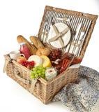 柳条野餐篮用被分类的新鲜食品 图库摄影