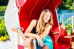 柳条长凳椅子的妇女 免版税库存照片