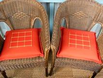 柳条2把的椅子 免版税库存照片