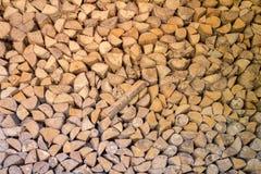 柴堆桦树木头作为背景 免版税库存照片