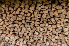 柴堆,均匀地被放置的木柴墙壁  免版税库存图片