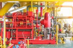 柴油引擎火在近海油和煤气建筑平台的水泵 库存照片