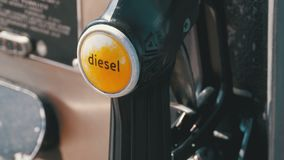 柴油泵浦喷管的汽油或加油站 加油站 汽车装载的燃料加油站 股票录像