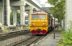 柴油电力机车带领的火车停放了驻地 库存照片