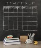 栅格在黑黑板背景的时间表日程表 免版税库存照片
