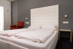 标准旅馆卧室 图库摄影