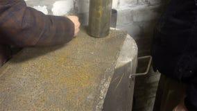 标号随后制造烟囱管子的金属板的过程 股票视频