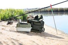 标尺和钓鱼精华在河沿 库存图片