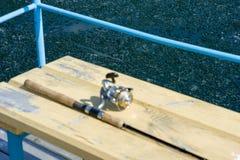 标尺是在木码头的焦点外面 冰芯片在湖的水中 库存图片