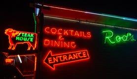 标尺的牛排餐厅,霓虹灯广告 66?? 库存图片