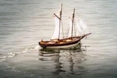 标度木玩具小船 免版税库存图片