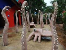 标志、艺术和动物雕象在新加坡动物园里 库存照片