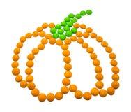 标志万圣夜-南瓜 组成由小圆的糖果 免版税库存照片