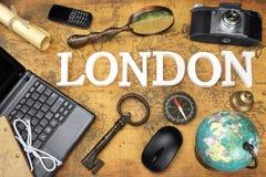 标志伦敦,膝上型计算机,钥匙,地球,指南针,电话,照相机,信件, 免版税库存图片