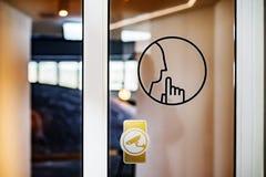 标志保留在玻璃门的沈默 免版税图库摄影