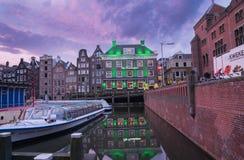 标志和光在运河反射了在著名城市餐馆下 库存图片