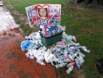 标志和更多垃圾在集会 免版税库存照片