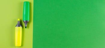 标志在绿色背景的轮廓色_笔 库存照片