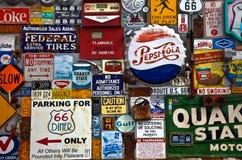 标志外部路线66吃饭的客人在亚伯科基, NM 免版税图库摄影