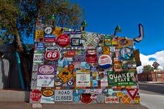 标志外部路线66吃饭的客人在亚伯科基, NM 图库摄影