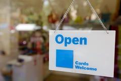 标志开放吊里面镜子商店 库存照片