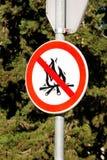 标志或标志没有营火,不点燃火 营火不签字,本质上由海 没有明火标志 免版税库存图片