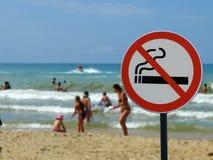 标志抽烟在海滩不允许 库存照片