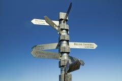 标志指向与英里共计到北京,耶路撒冷,开普角的,好望角悉尼,在开普敦之外,南非 免版税库存图片