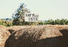 标志指示入口到干草迷宫 库存照片