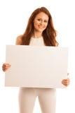 标志板 拿着大白色空插件的妇女 情感摆在正随风飘飞的雪木头的时装模特儿 库存图片
