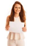标志板 拿着大白色空插件的妇女 情感摆在正随风飘飞的雪木头的时装模特儿 免版税库存图片