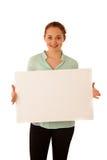 标志板 拿着大白色空插件的妇女 情感摆在正随风飘飞的雪木头的时装模特儿 免版税图库摄影