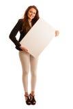 标志板 拿着大白色空插件的妇女 情感摆在正随风飘飞的雪木头的时装模特儿 免版税库存照片