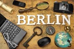 标志柏林,膝上型计算机,钥匙,地球,指南针,电话,照相机,信件, 图库摄影