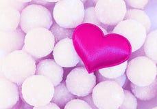 标志欢乐构成贺卡情人节,在空气背景光基地甜球糖果的淡紫色心脏 免版税图库摄影